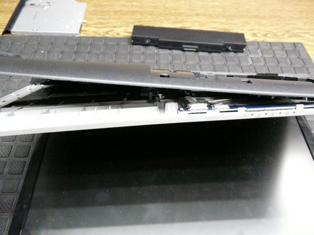 Samsung NP300E5E, keine Funktion, der Akku wird nicht geladen, Netzbuchse defekt (4)